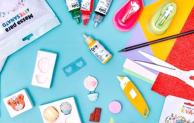 Kit com diversos itens e ferramentas para artesanato.